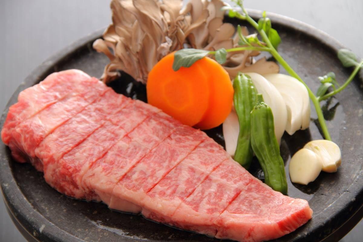 豪華な夕食のお楽しみ!絶品栃木和牛の石焼&厳選セレクトのお酒。