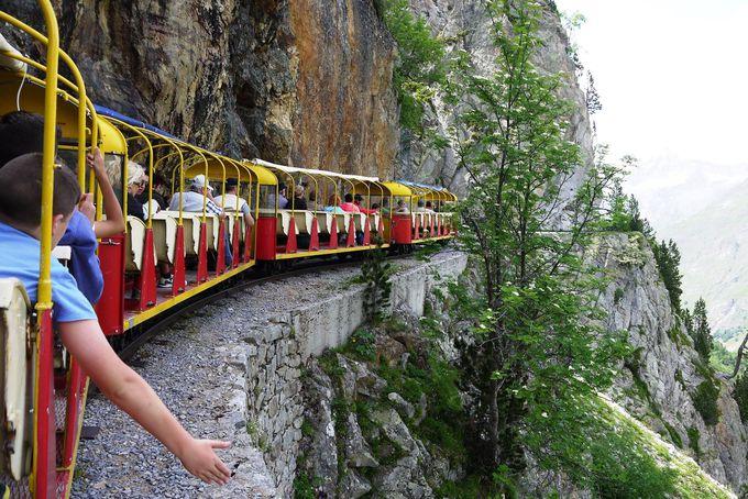 こんな断崖!おもちゃみたいな電車で走るの〜?
