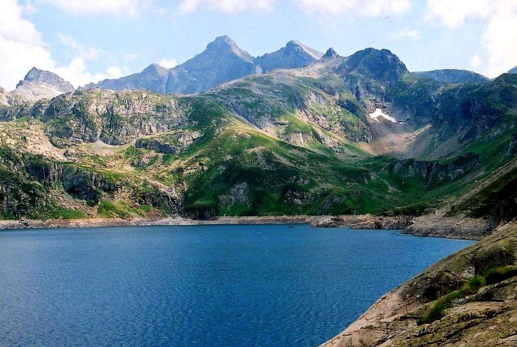 手つかずの自然の中に静かに佇む「アルトゥースト湖」。