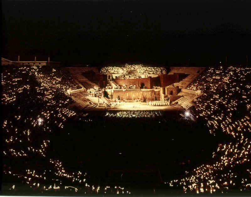 夜空に浮かぶオペラの舞台が幻想的!