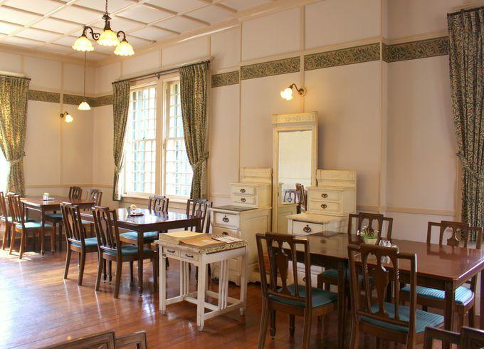 窓越しに緑を映す優美な館内。そして暖炉は今も現役!