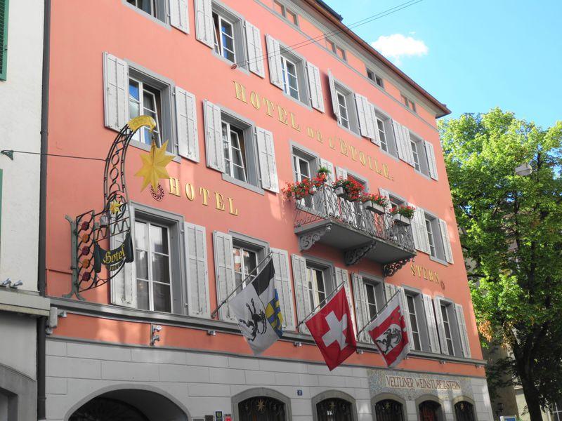 名画に囲まれ優雅な朝食!「ホテル シュテルン」はスイス最古の都クールの名門ホテル