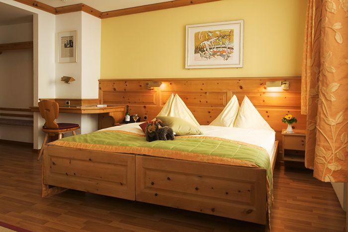 木の香る客室にもカリジェの絵が!