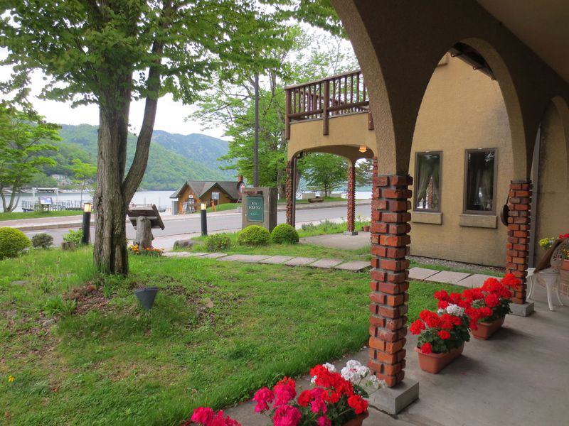 日光・中禅寺湖畔のフレンチの名店「欧州浪漫館 シェ・ホシノ」。テラス席はペットもOK!