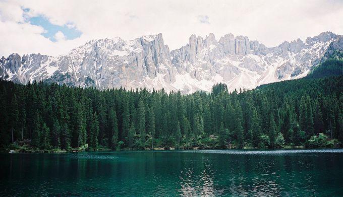 ドロミーティの宝石・カレッツァ湖!名峰ラテマールを湖面に映す翡翠色の湖面!