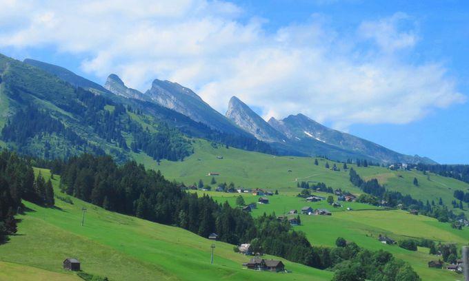 7つの頂が並ぶ「クールフィルステン山脈」は、あのチョコレートのパッケージでもおなじみ!