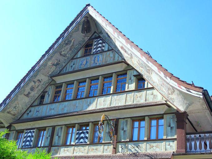 この屋根を見よ!思わず見惚れるスイス伝統の家屋