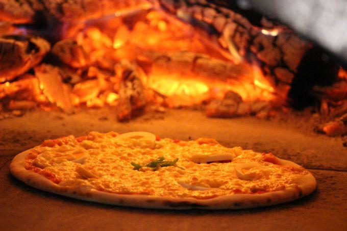 赤々と燃える炎!高温で焼いたピッツァはサックサク!