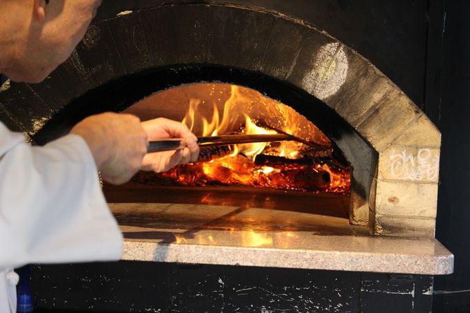 「カフェ ロルモ」の石薪窯と炎に出迎えられて!