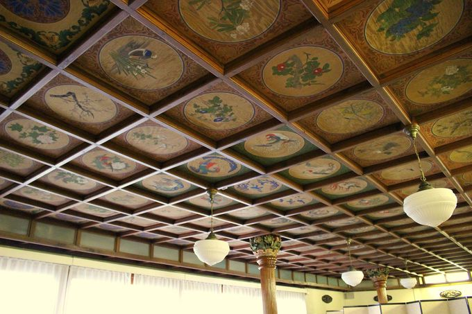 小食堂の格子天井と美しい柱頭彫刻を見てみよう!