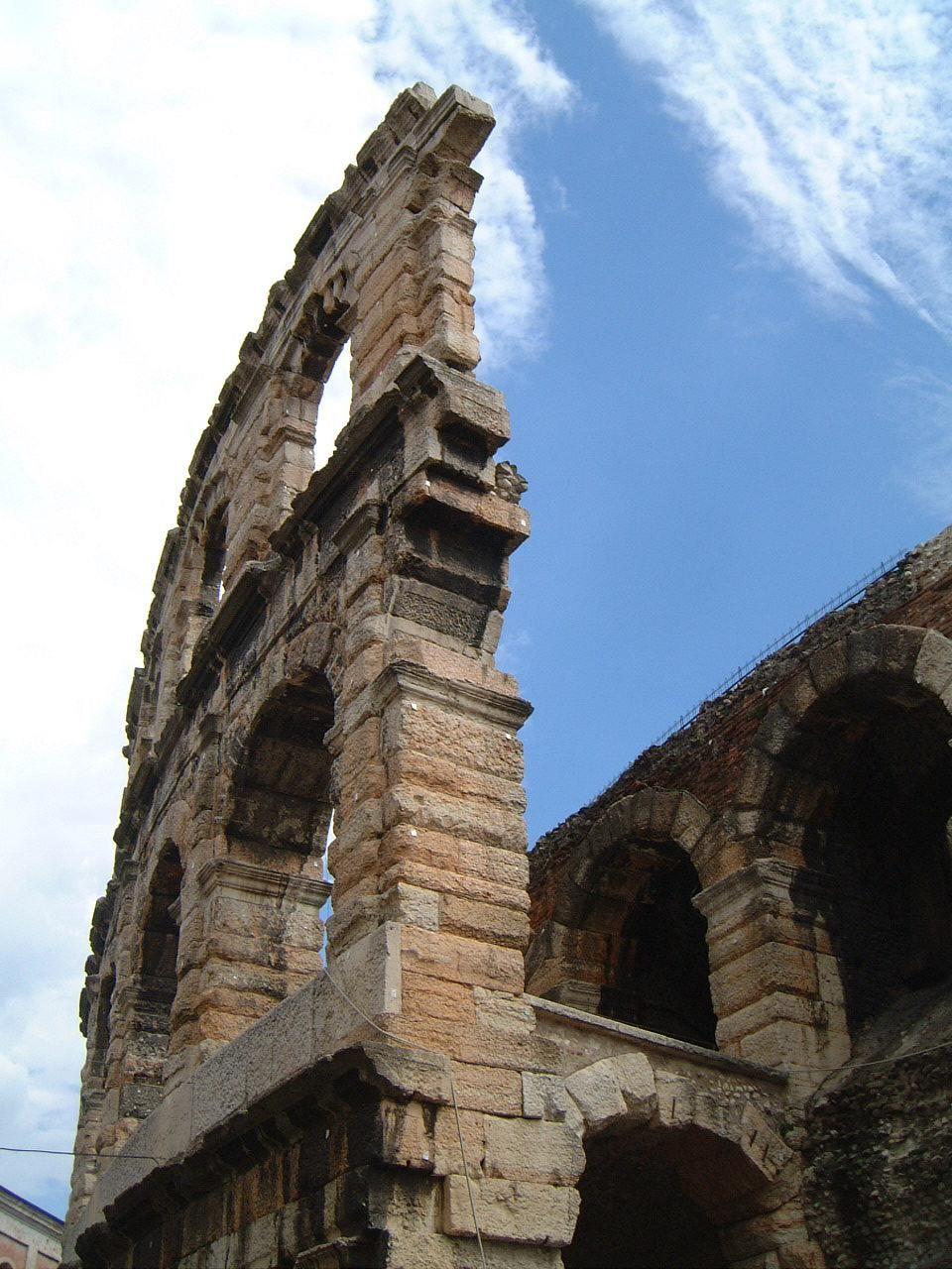 2000年の歴史を刻む円形競技場「アレーナ」