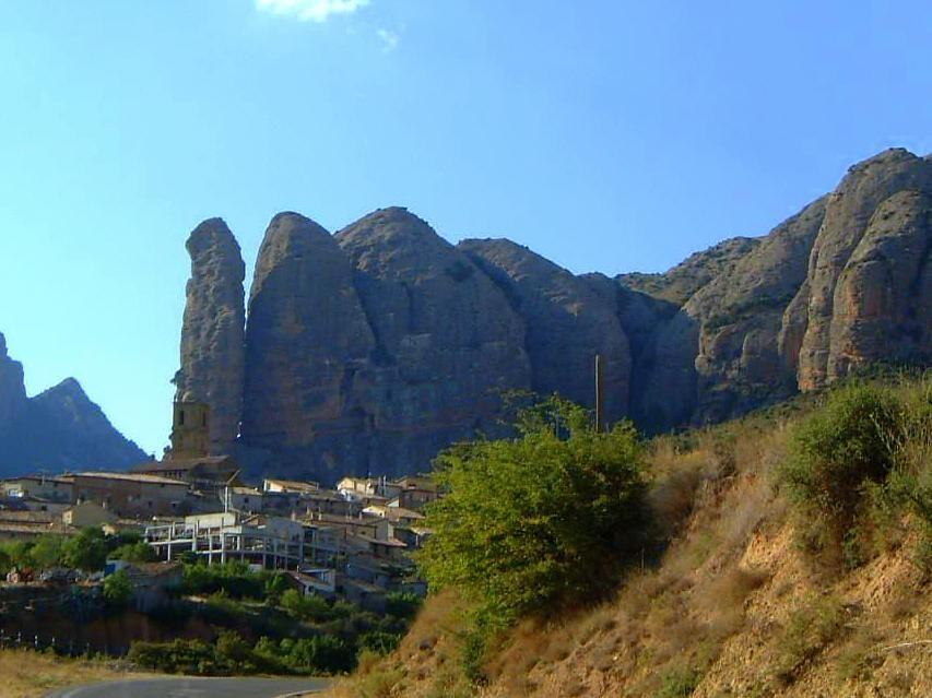 ドラゴンのようなニョキニョキ屏風岩の「アグエロ」の村!