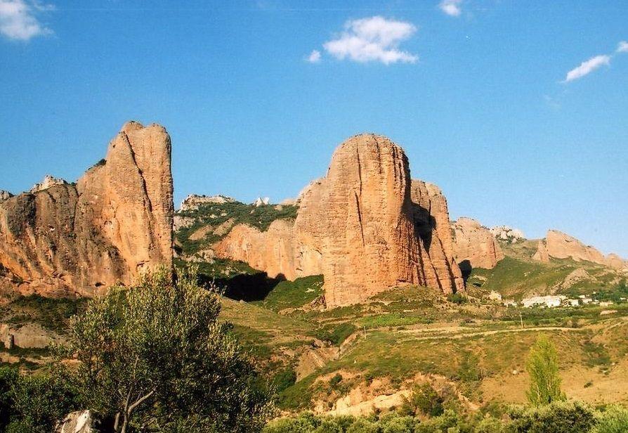 青空に巨大岩塔マヨス・デ・リグロスが聳える!「リグロス」の村!