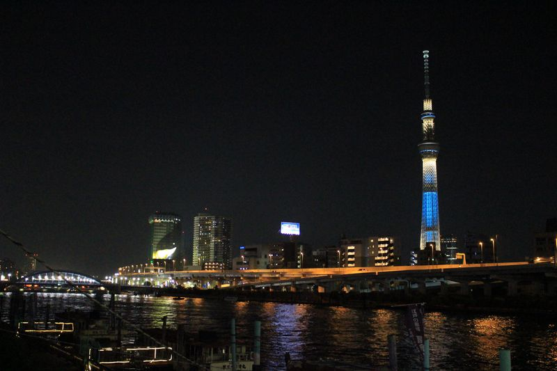 スカイツリーと夜景を映す夜の隅田川。夜風に吹かれてロマン散歩!