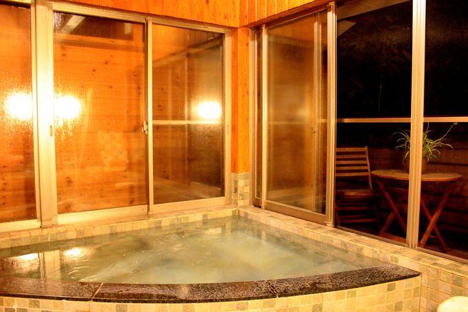 デッキ付きの露天風呂は貸切!マイナスイオン化酸素風呂&ジャグジーで癒されタイム。