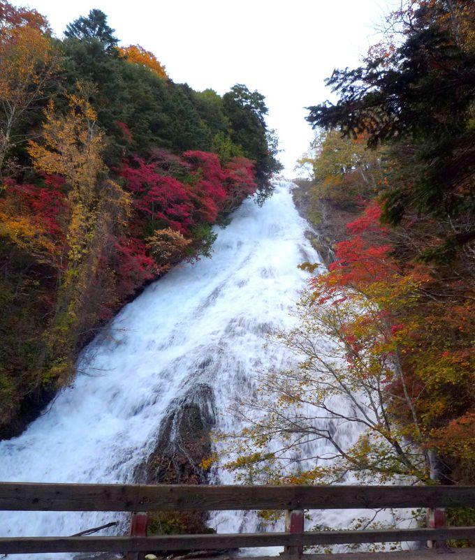 ハイキングのスタートはダイナミックで壮麗な「湯滝」から