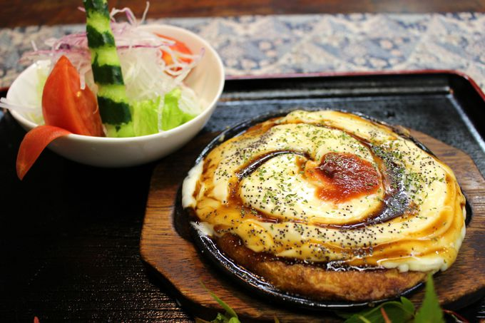 高原野菜がシャッキシャキ!お好み焼きでもピザでもない「母手寿」とは?