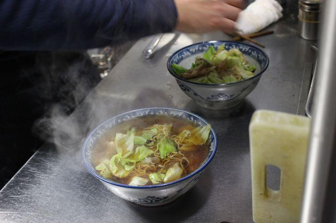 """""""釜彦""""は、焼きそばの上にスパイシーなスープをかける。"""