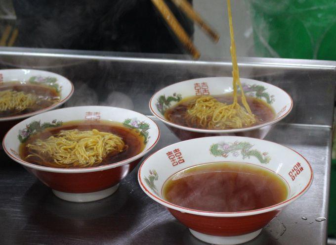 """""""こばや食堂""""は、スープの中に香ばしい焼きそばを入れる。"""