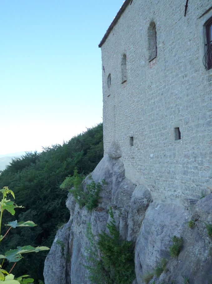 岩山にそそり建つ静寂の聖地「ヴェルナ修道院」