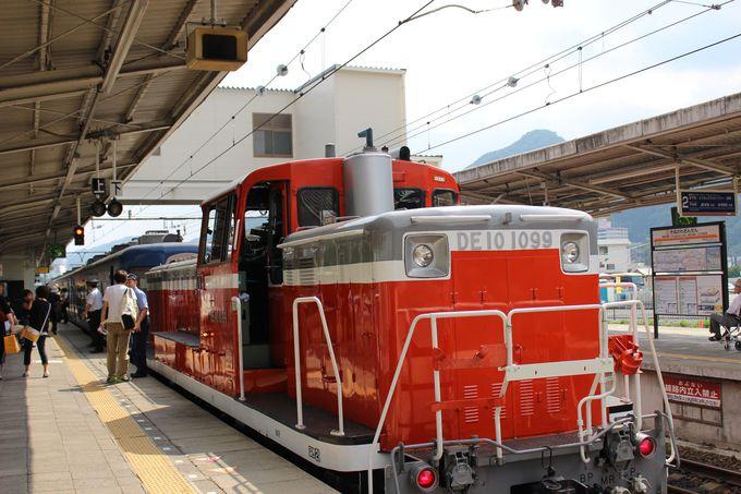 何だ坂…こんな坂…マリンブルーの客車を押す「お助けマン」は赤いディーゼル!
