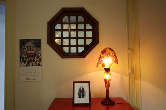 玄関を入ると優雅なガレのランプがお出迎え