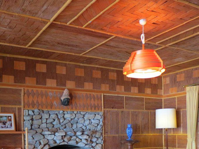外壁・内壁の見事な杉皮張りのパッチワークに注目!