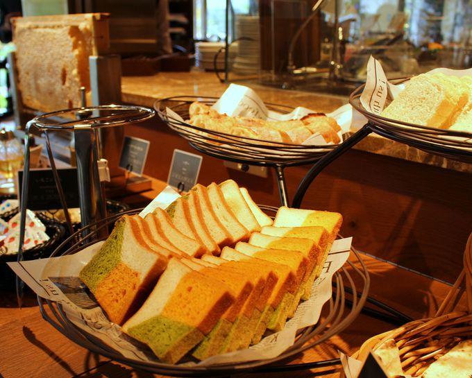 オープンエアのガーデンテラスで幸せな朝食