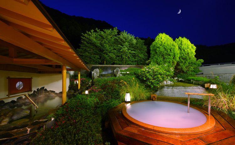 星空と緑に抱かれて、ロマンティックな温泉に酔いしれる