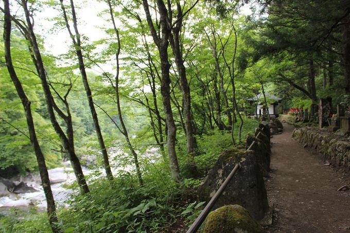 憾満が淵・化け地蔵へ渓谷沿いを歩く