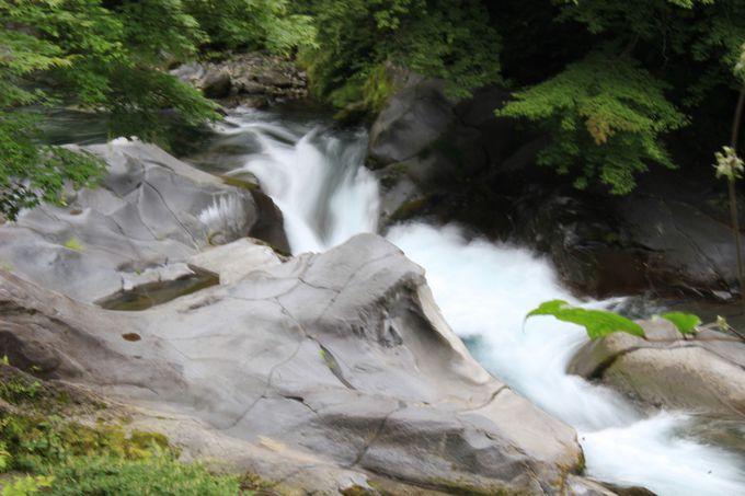 巨岩と急流が織りなすダイナミックな景観