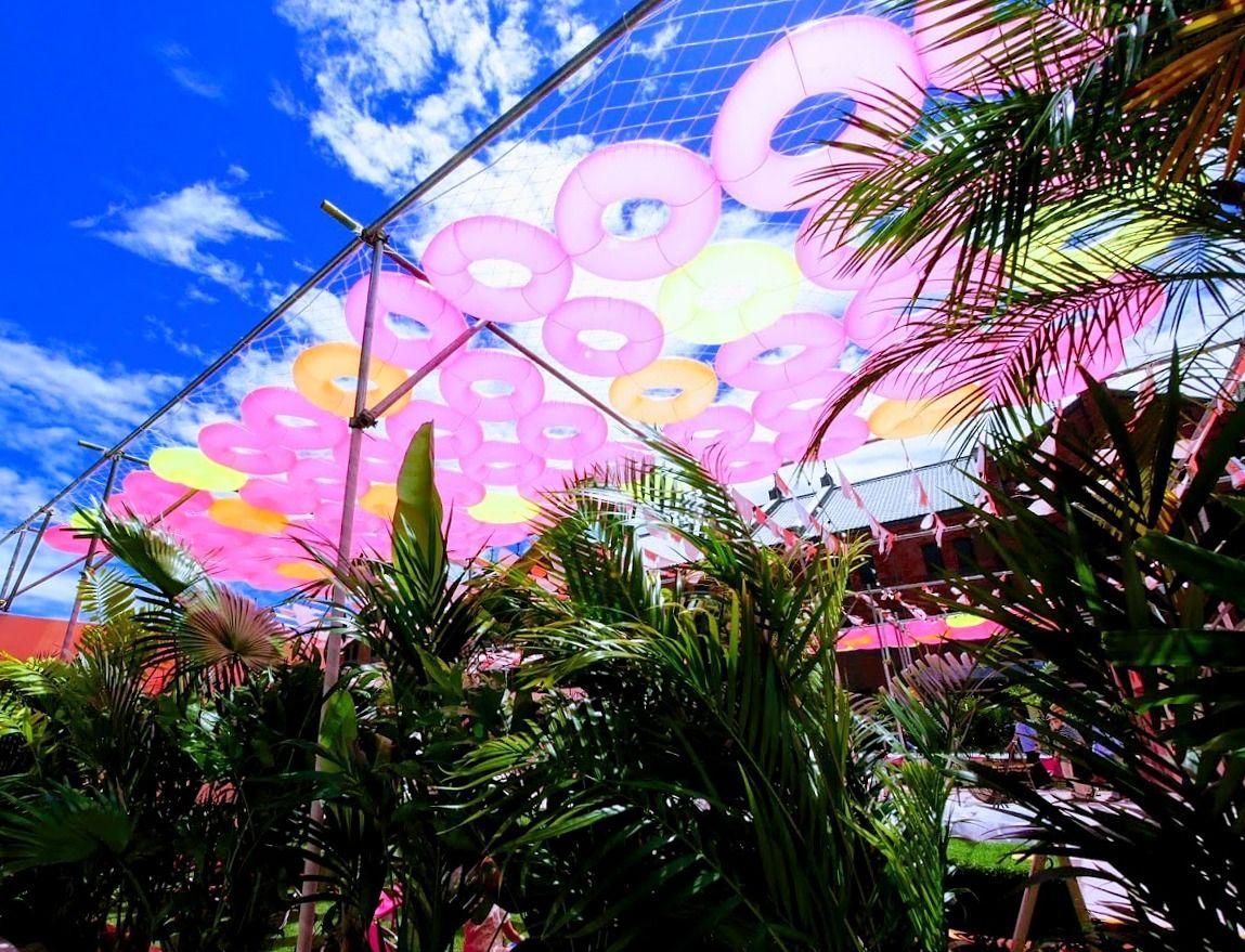 横浜赤レンガ倉庫広場がピンク色のリゾートに