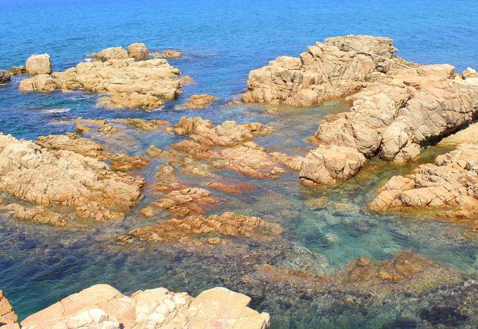 サファイア色の海と岩礁の織りなすドラマティックな風景