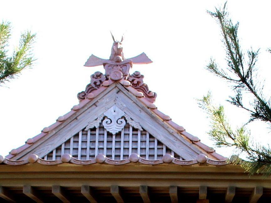 岩礁・宮ヶ島の上に建つ「衣毘須神社」