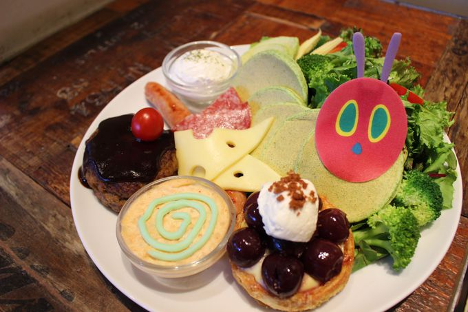 食事系パンケーキ「はらぺこあおむしパンケーキ」にキュン!