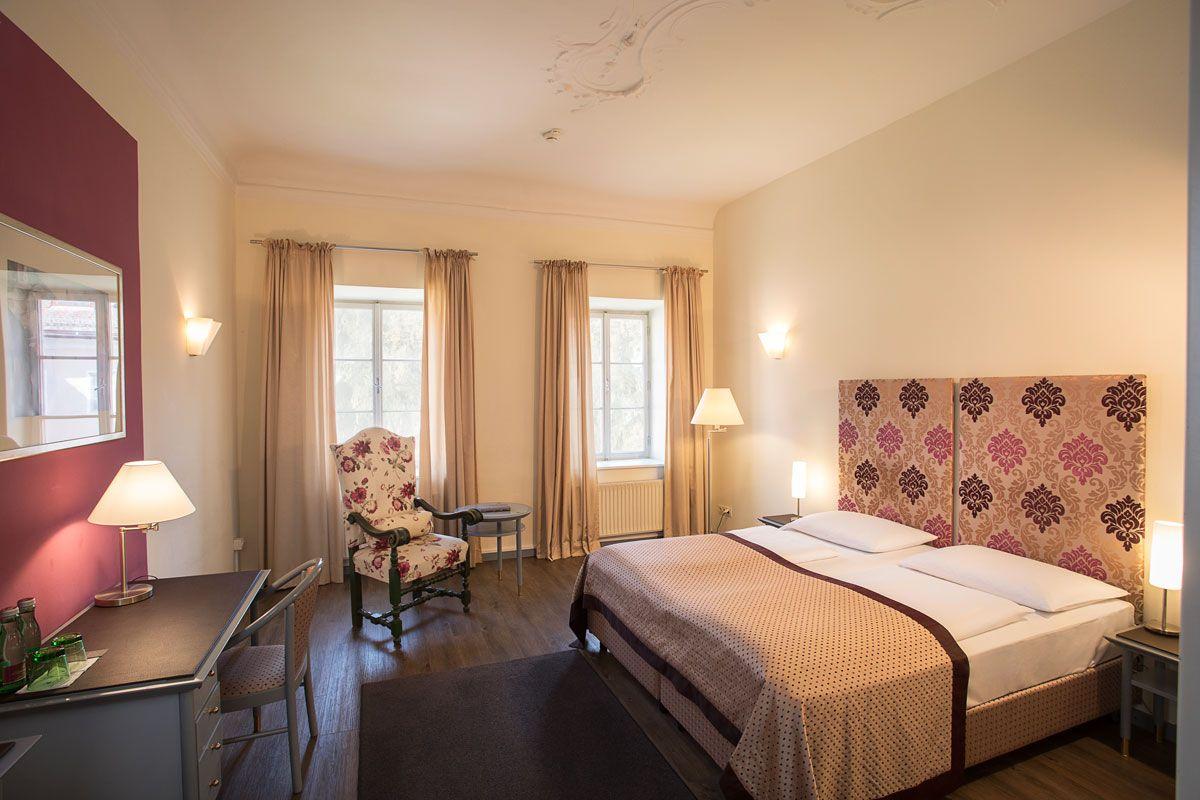 宿泊はマイアーホフor宮殿からチョイスを。