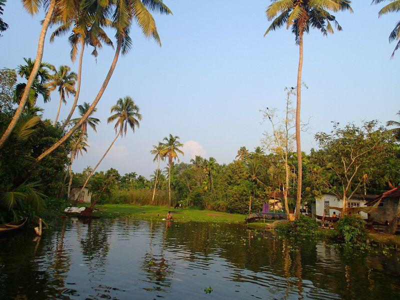 インドの楽園アレッピーに絶景が!セレブ気分で船の旅!専属シェフ付き完全貸切プライベートの旅