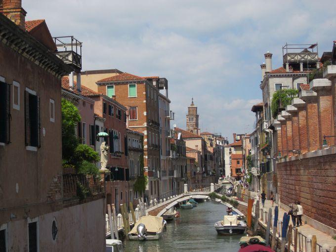 まるで絵画!美しきベネチアの光景を造るアーチを巡る街歩き