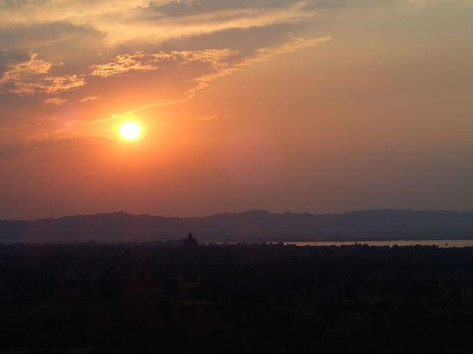 絶景が見れる!夕日鑑賞スポットとしても名高い「シュエサンドーパヤー」