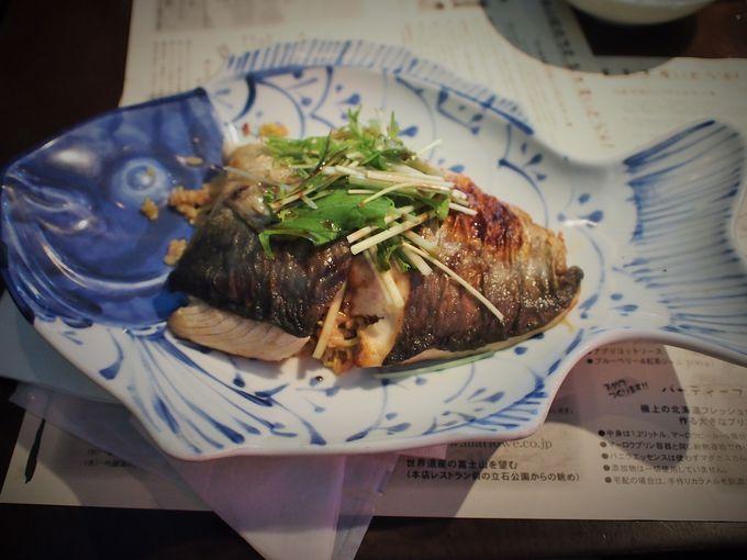 豪快な魚の盛り付けだけど、味もしっかり!