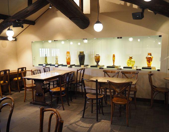 2階のカフェには西洋アンティーク「ガレ」の作品が展示