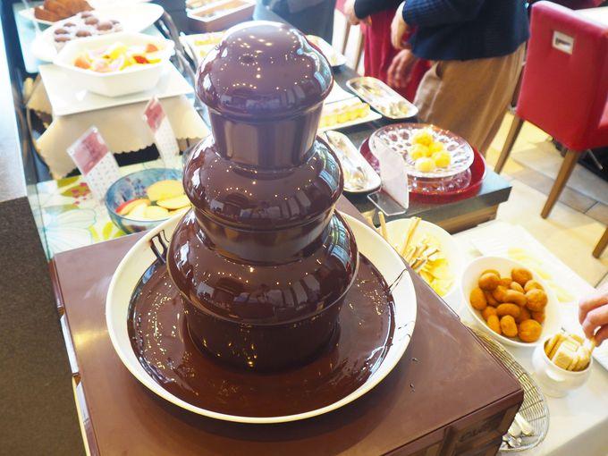 一口サイズのかわいいケーキやチョコレートの噴水