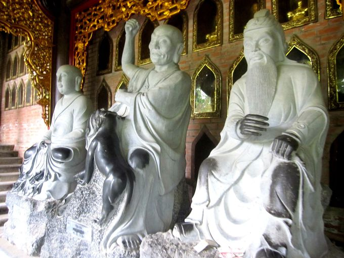 本堂までの階段では、500体の仏像たちがお出迎え!