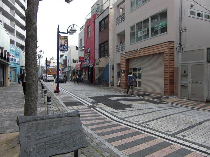 日本とアメリカの雰囲気が融合する、独特な商店街。「どぶ板通り」