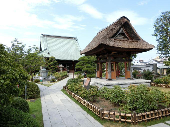 茅葺屋根の鐘楼は、葺き替えるだけで数千万円!?龍華寺