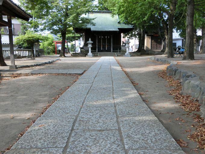 一般道路の分岐点に鎮座する謎?の神社。金沢八幡神社