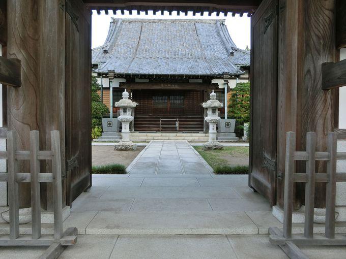 数々の伝説が残る悲運の武将を奉る寺院。薬王寺