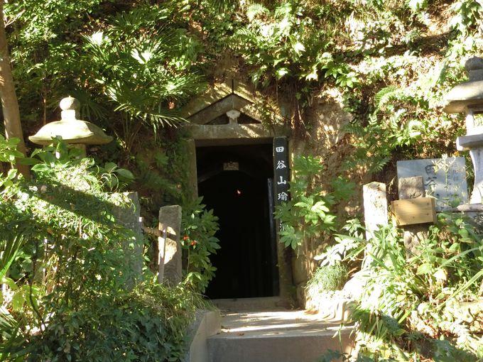 ノミで刻まれた障壁画。田谷の洞窟内は神聖なる密教の世界!