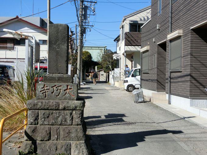 やけに立派な造りの裏門。寂れた表門が物語る当時の街並み