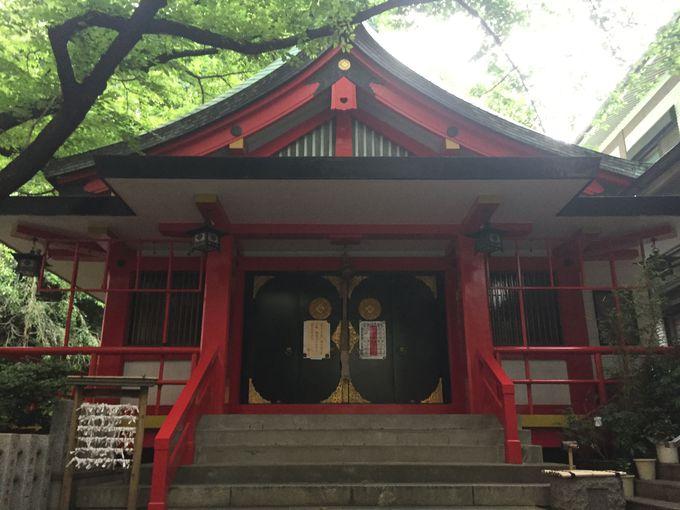 朱色と夕暮れのコントラストが美しい!歴代将軍が参詣した「三田春日神社」